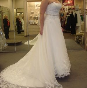 David's Bridal Ivory Lace gown